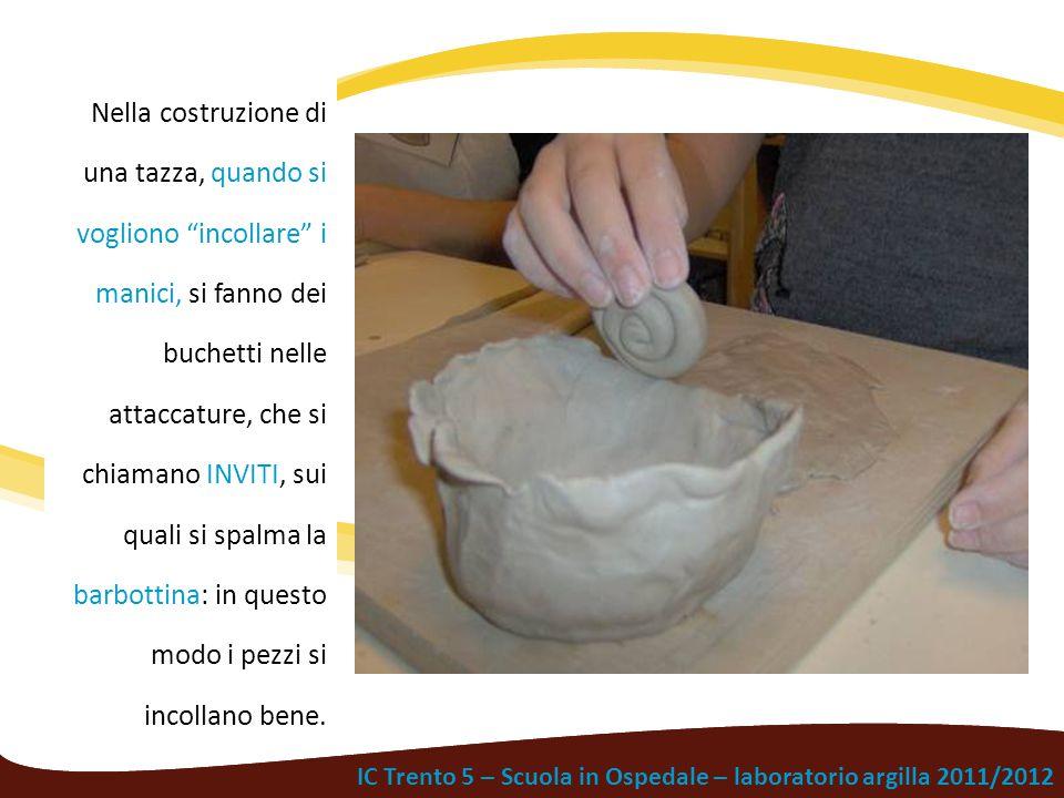 """IC Trento 5 – Scuola in Ospedale – laboratorio argilla 2011/2012 Nella costruzione di una tazza, quando si vogliono """"incollare"""" i manici, si fanno dei"""