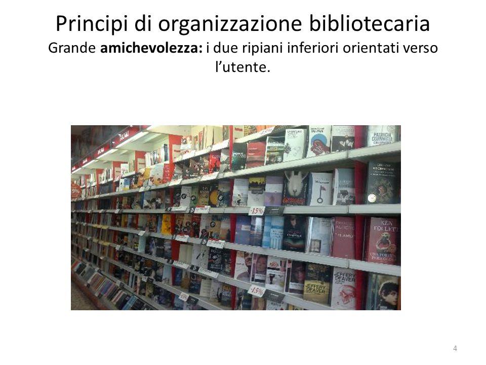 Principi di organizzazione bibliotecaria Grande amichevolezza: i due ripiani inferiori orientati verso l'utente.