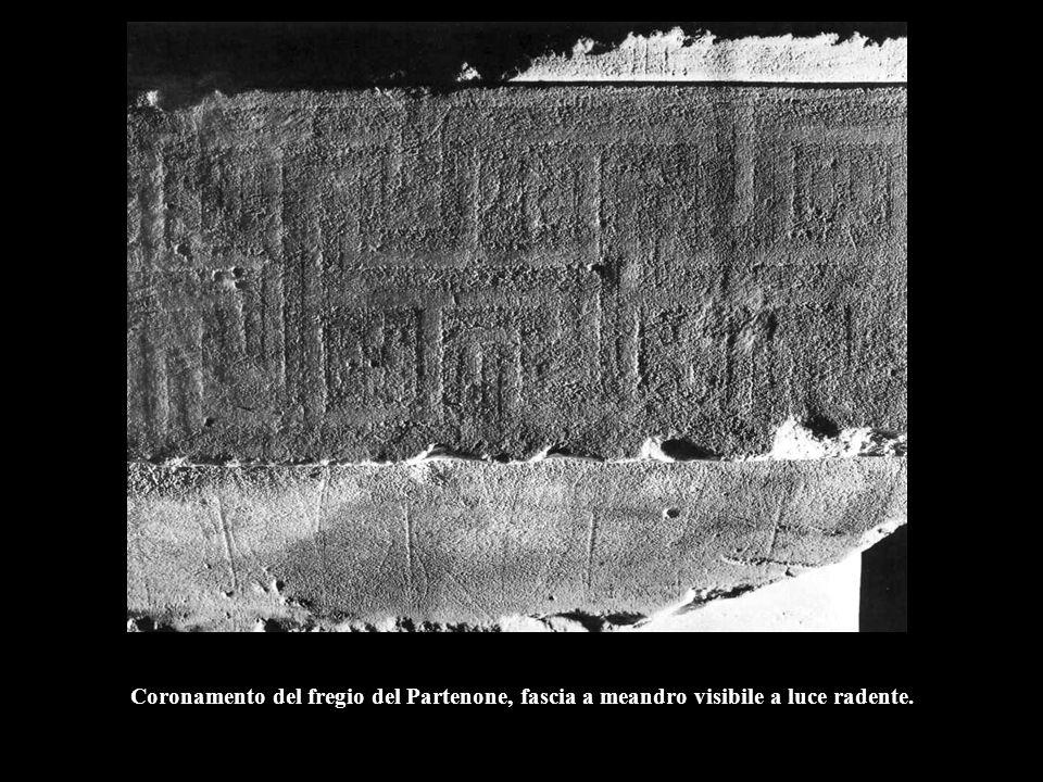 Coronamento del fregio del Partenone, fascia a meandro visibile a luce radente.