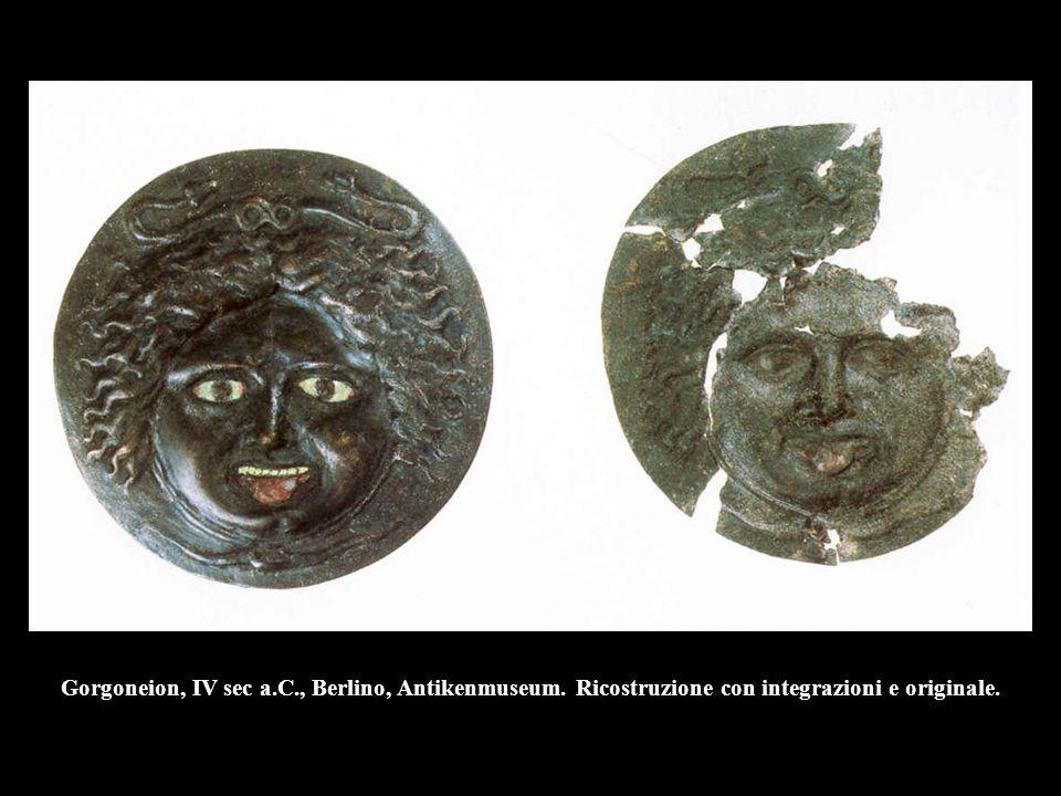 Gorgoneion, IV sec a.C., Berlino, Antikenmuseum. Ricostruzione con integrazioni e originale.