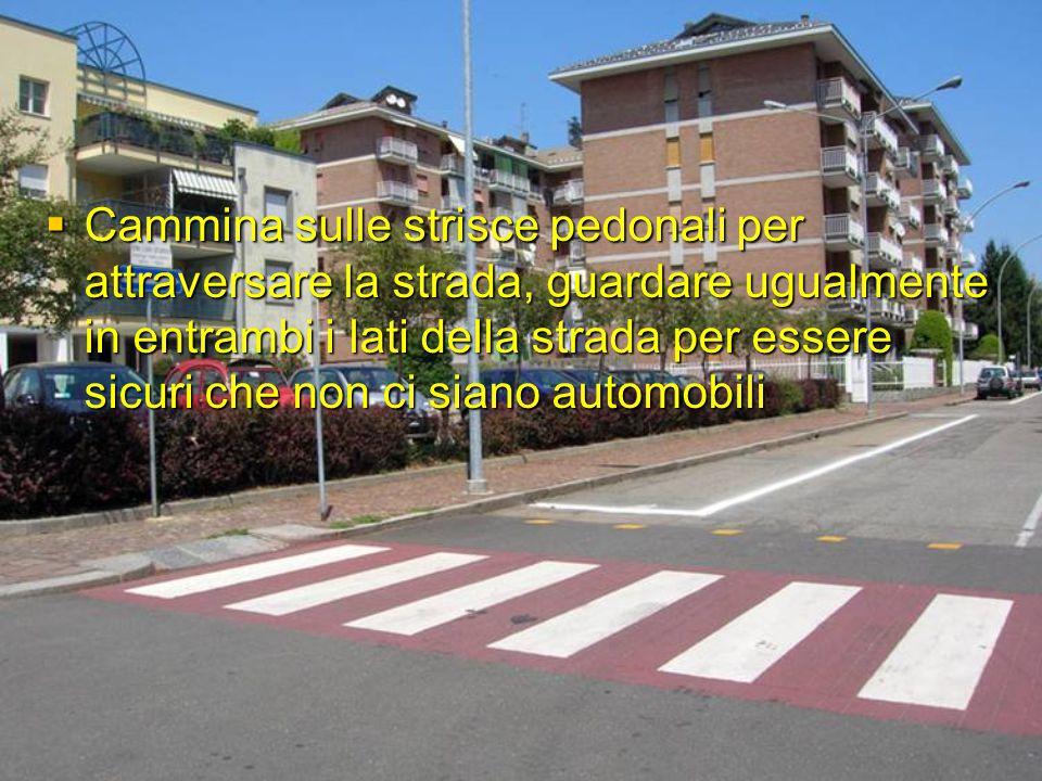  Cammina sulle strisce pedonali per attraversare la strada, guardare ugualmente in entrambi i lati della strada per essere sicuri che non ci siano au
