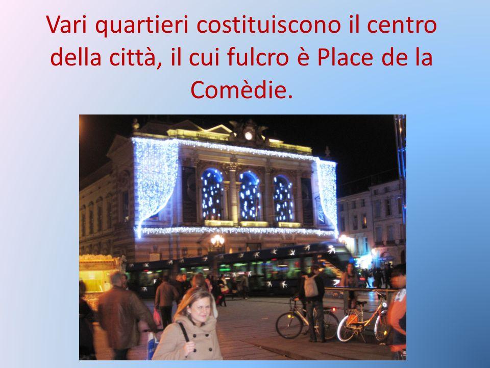 Vari quartieri costituiscono il centro della città, il cui fulcro è Place de la Comèdie.