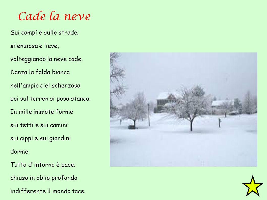 Cade la neve Sui campi e sulle strade; silenziosa e lieve, volteggiando la neve cade. Danza la falda bianca nell'ampio ciel scherzosa poi sul terren s