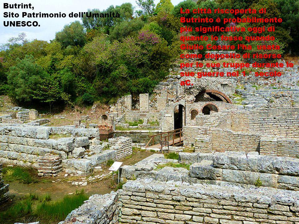  La città è nota per la presenza della comunità rom, che e' situata in una zona speciale di Elbasan, vicino al fiume Shkumbin, noti per le loro tradizioni commerciali