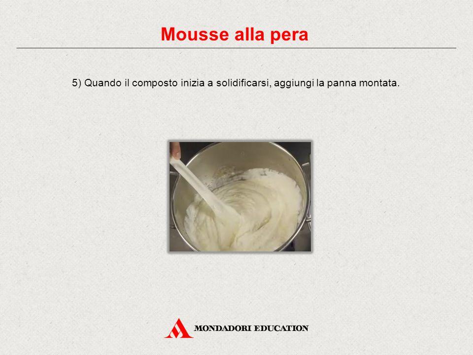 5) Quando il composto inizia a solidificarsi, aggiungi la panna montata. Mousse alla pera