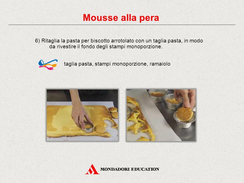 6) Ritaglia la pasta per biscotto arrotolato con un taglia pasta, in modo da rivestire il fondo degli stampi monoporzione. taglia pasta, stampi monopo