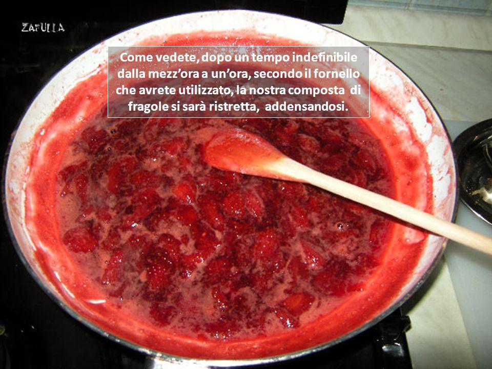 Questa composta è più liquida delle marmellate, semplicemente per lasciare che si senta di più il sapore della fragola, ma anche perché si può conserv