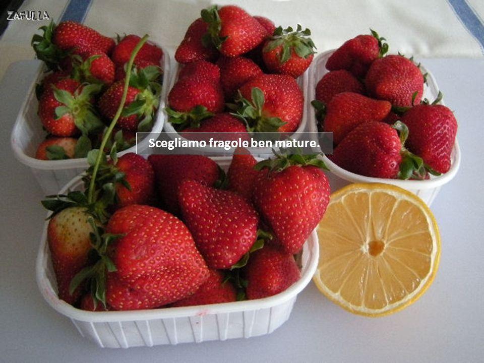 La composta è, in genere, una marmellata a più alto contenuto di frutta e meno zucchero. La nostra composta di fragole, sarà una versione light, decis