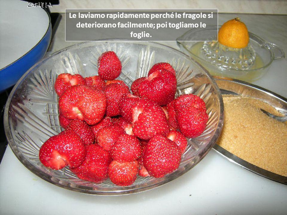 Le laviamo rapidamente perché le fragole si deteriorano facilmente; poi togliamo le foglie.