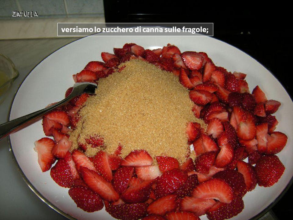 versiamo lo zucchero di canna sulle fragole;