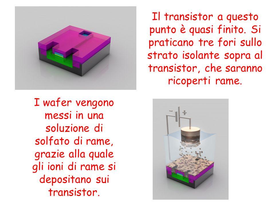 Il transistor a questo punto è quasi finito. Si praticano tre fori sullo strato isolante sopra al transistor, che saranno ricoperti rame. I wafer veng