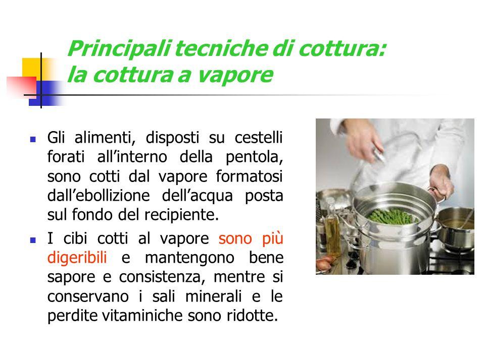 Principali tecniche di cottura: la cottura a vapore Gli alimenti, disposti su cestelli forati all'interno della pentola, sono cotti dal vapore formato
