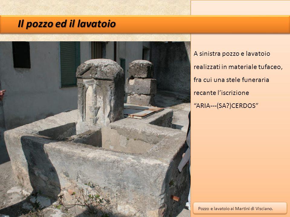 """Il pozzo ed il lavatoio A sinistra pozzo e lavatoio realizzati in materiale tufaceo, fra cui una stele funeraria recante l'iscrizione """"ARIA---(SA?)CER"""
