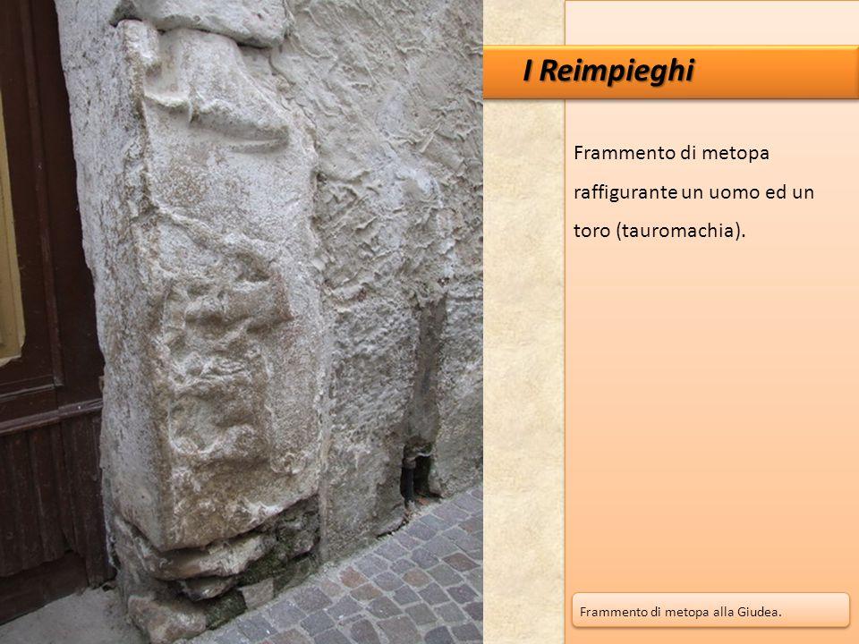 Frammento di metopa raffigurante un uomo ed un toro (tauromachia). I Reimpieghi Frammento di metopa alla Giudea.