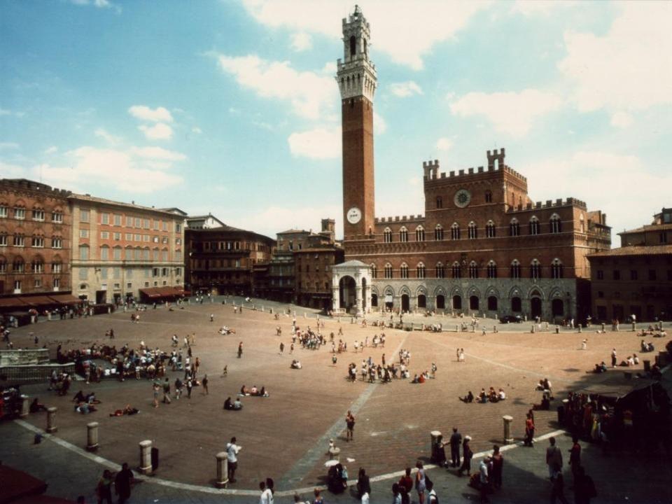 SIENA Abitanti 52.700 circa, capoluogo dell'omonima Provincia della regione Toscana.