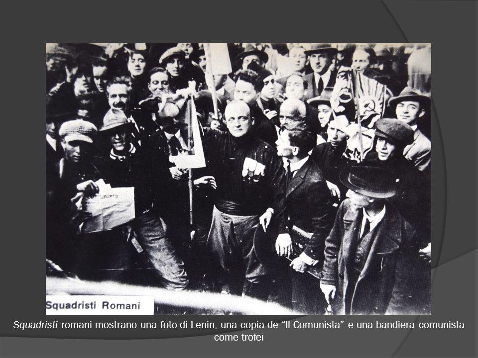 """Squadristi romani mostrano una foto di Lenin, una copia de """"Il Comunista"""" e una bandiera comunista come trofei"""