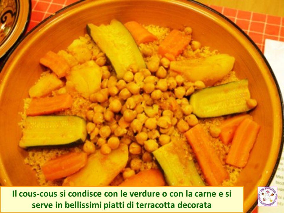Il cous-cous si condisce con le verdure o con la carne e si serve in bellissimi piatti di terracotta decorata
