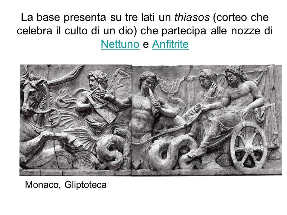 La base presenta su tre lati un thiasos (corteo che celebra il culto di un dio) che partecipa alle nozze di Nettuno e Anfitrite NettunoAnfitrite Monac