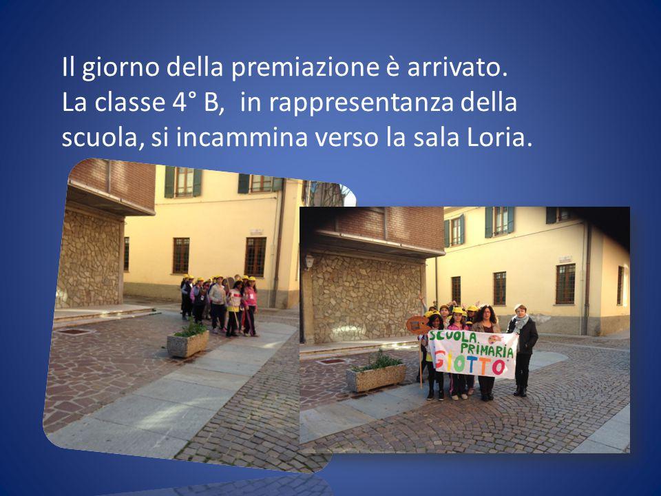 Il giorno della premiazione è arrivato. La classe 4° B, in rappresentanza della scuola, si incammina verso la sala Loria.