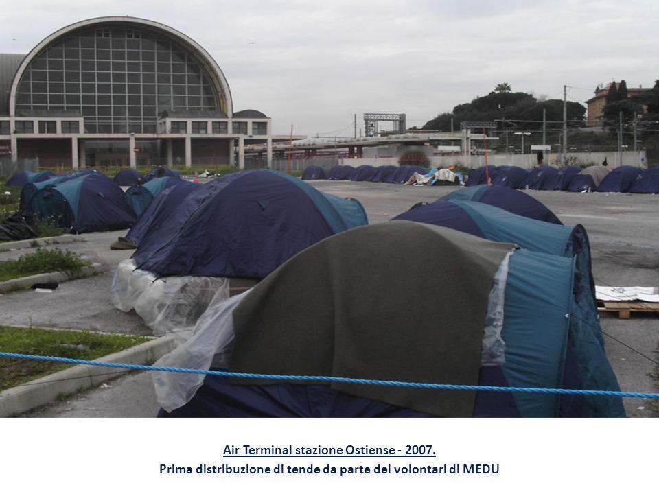 Air Terminal stazione Ostiense - 2007. Prima distribuzione di tende da parte dei volontari di MEDU