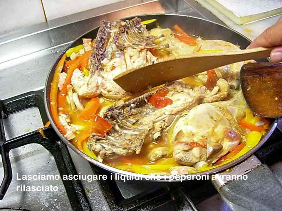 Continuiamo nella cottura del nostro pollo oramai quasi completato dei suoi ingredienti