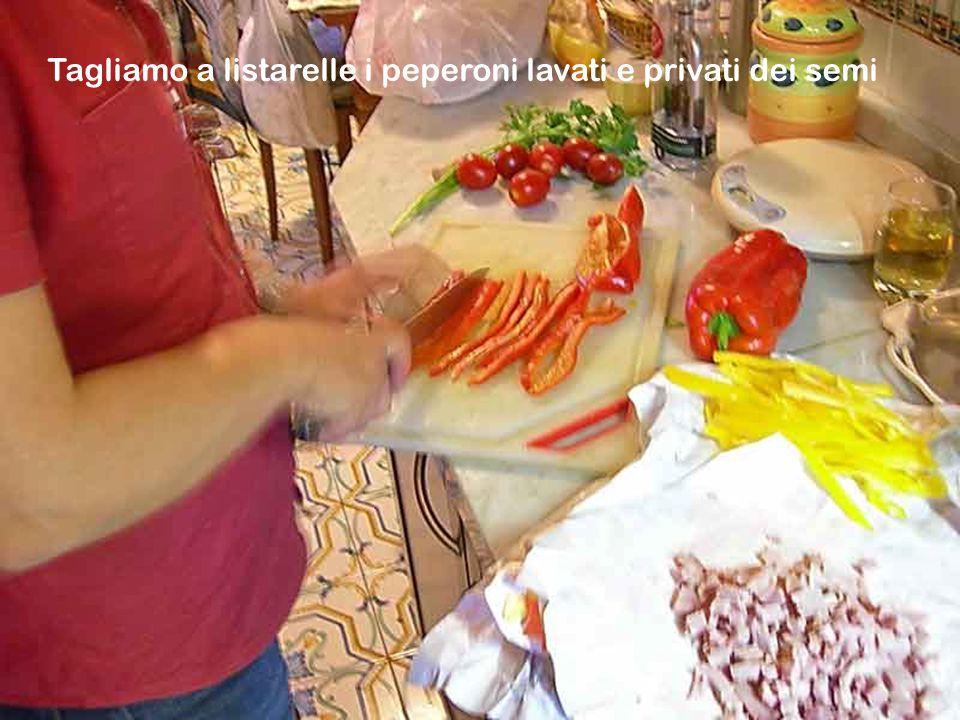 Ingredienti per 4 persone:un pollo di circa 1 Kg.,4-5 pomodori maturi,3 peperoni medi,250 gr.di prosciutto cotto in un'unica fetta tagliata a dadini,1