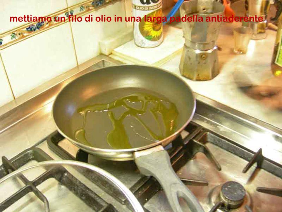 Tagliamo a listarelle i peperoni lavati e privati dei semi