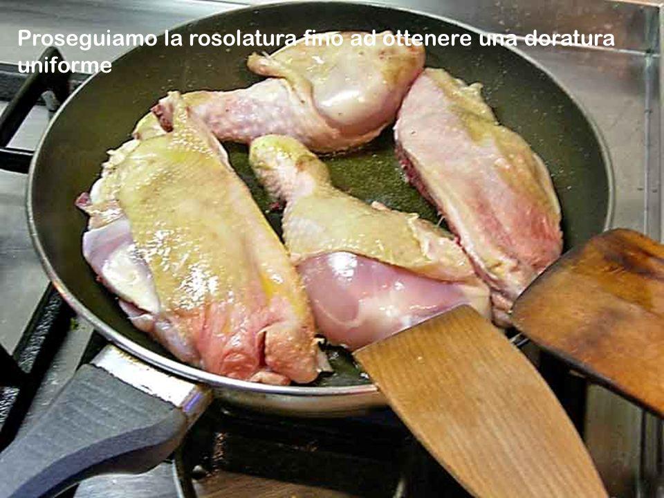 Adagiate i pezzi del pollo nella padella e fate rosolare a fuoco vivo-la temperatura alta serve a sigillare i pori delle carni-