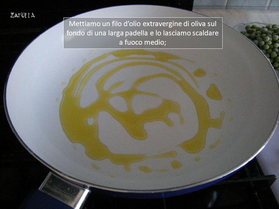 Ingredienti: 400 grammi pisellini primavera, anche surgelati; 50 grammi di prosciutto crudo; mezza cipolla; 1 dito di vino bianco, secco; brodo granulare, olio, sale e pepe (se volete).