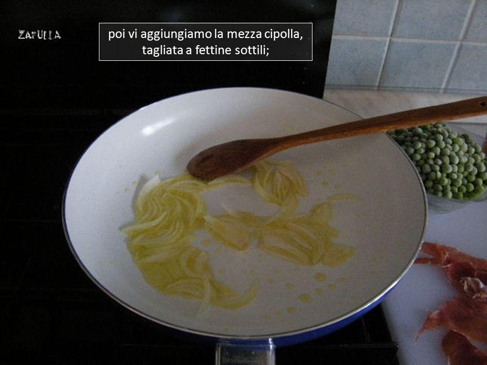 Mettiamo un filo d'olio extravergine di oliva sul fondo di una larga padella e lo lasciamo scaldare a fuoco medio;