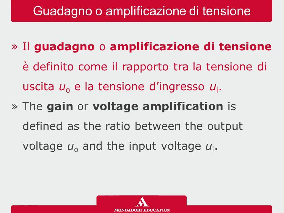 »Il guadagno o amplificazione di tensione è definito come il rapporto tra la tensione di uscita u o e la tensione d'ingresso u i.