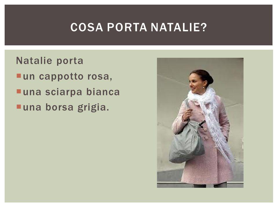 Natalie porta  un cappotto rosa,  una sciarpa bianca  una borsa grigia. COSA PORTA NATALIE?