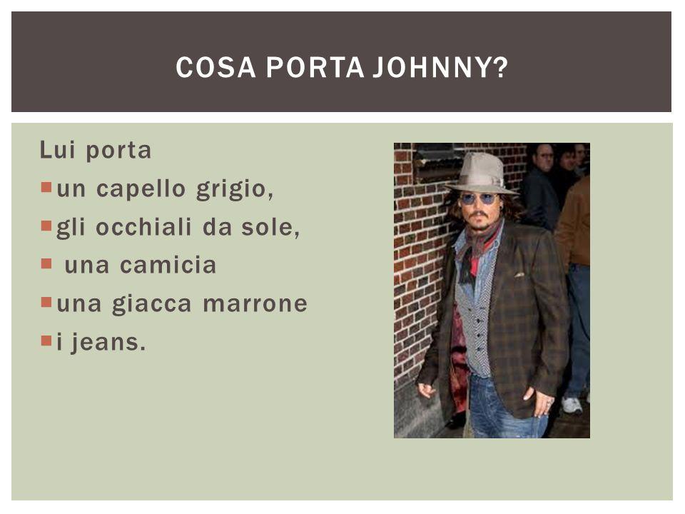 Lui porta  un capello grigio,  gli occhiali da sole,  una camicia  una giacca marrone  i jeans. COSA PORTA JOHNNY?