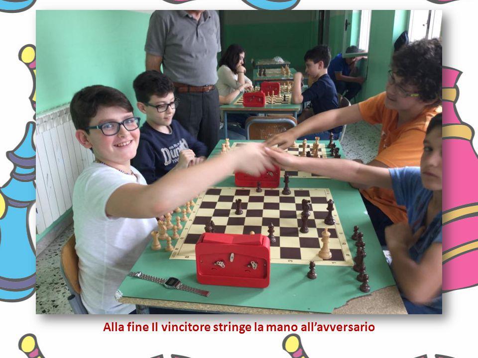 Alla fine Il vincitore stringe la mano all'avversario