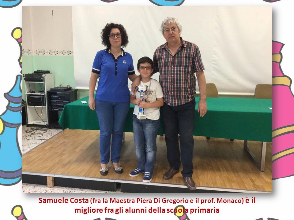 Samuele Costa (fra la Maestra Piera Di Gregorio e il prof. Monaco) è il migliore fra gli alunni della scuola primaria