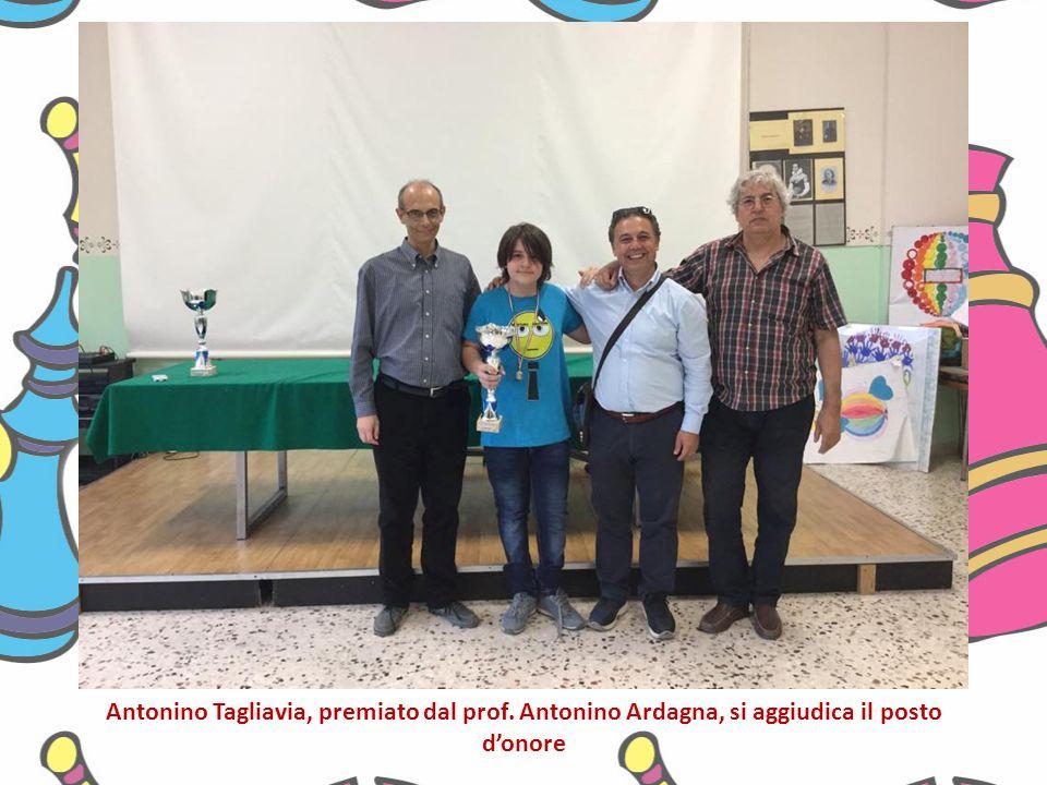 Antonino Tagliavia, premiato dal prof. Antonino Ardagna, si aggiudica il posto d'onore