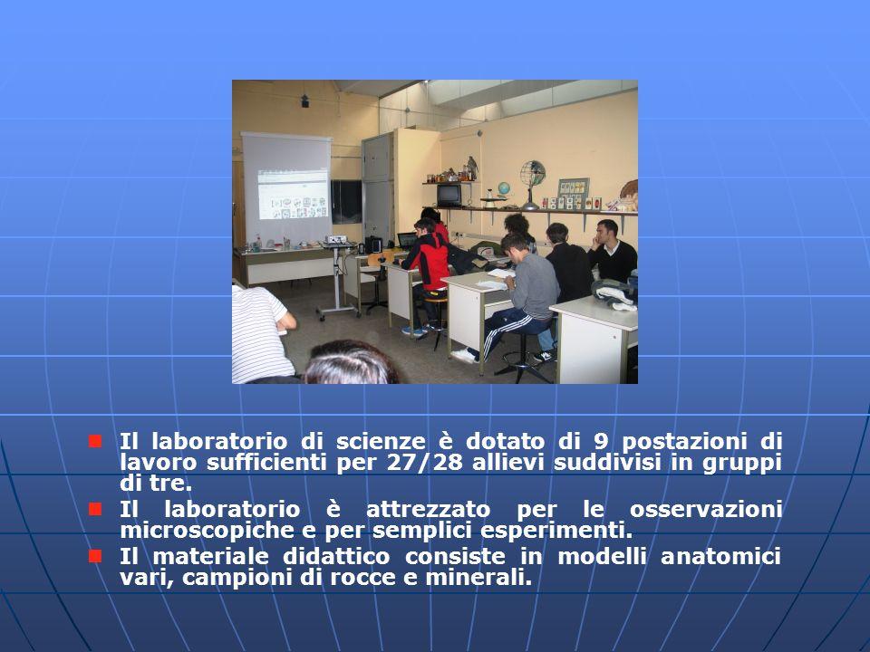 Laboratorio di scienze Il laboratorio di scienze è dotato di 9 postazioni di lavoro sufficienti per 27/28 allievi suddivisi in gruppi di tre.