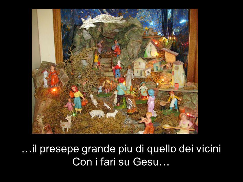 …il presepe grande piu di quello dei vicini Con i fari su Gesu…