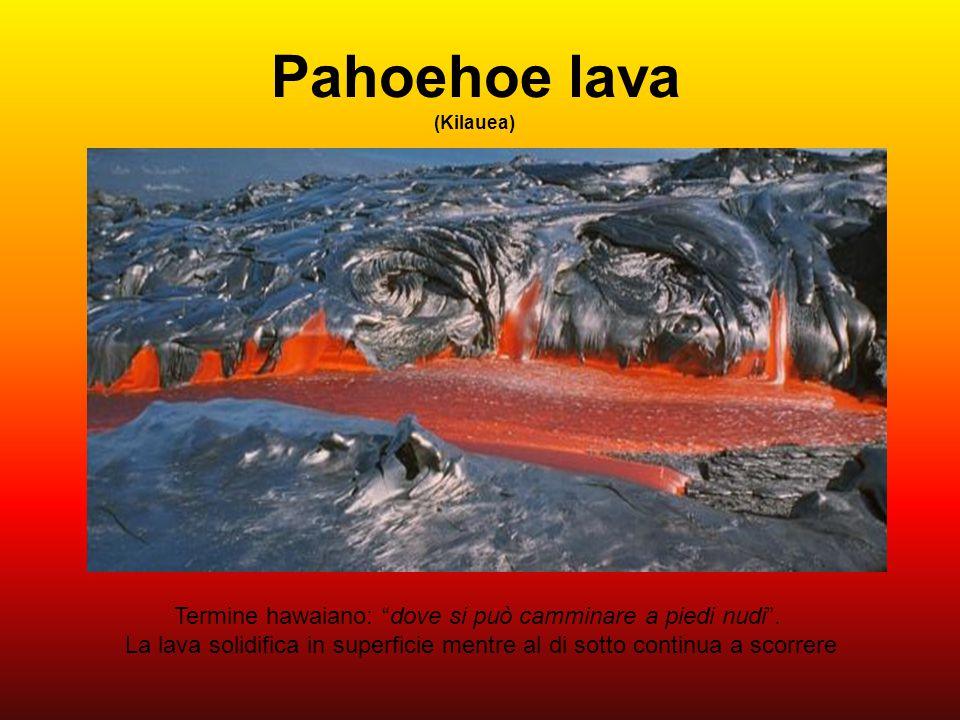 """Pahoehoe lava (Kilauea) Termine hawaiano: """"dove si può camminare a piedi nudi"""". La lava solidifica in superficie mentre al di sotto continua a scorrer"""