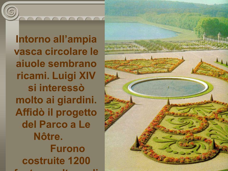 Intorno all'ampia vasca circolare le aiuole sembrano ricami. Luigi XIV si interessò molto ai giardini. Affidò il progetto del Parco a Le Nôtre. Furono
