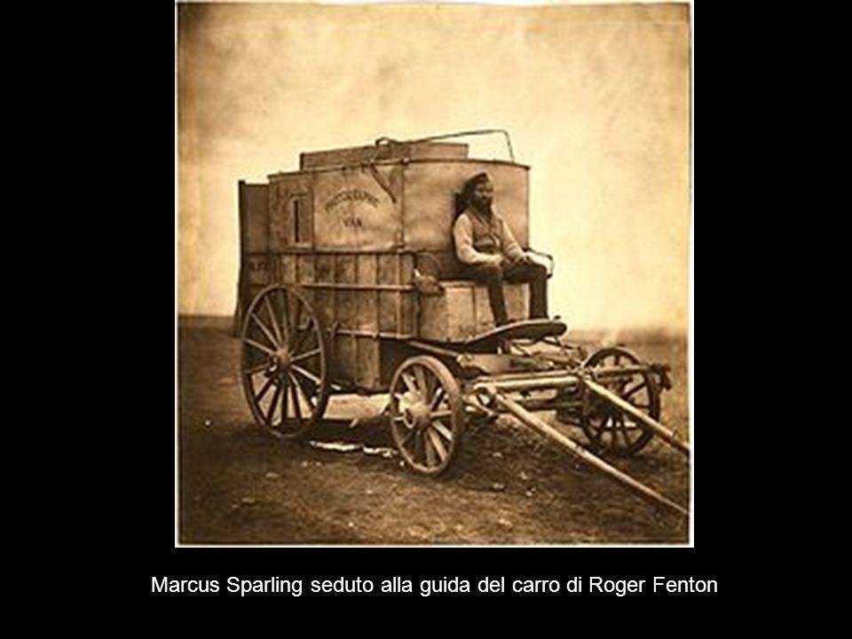 Marcus Sparling seduto alla guida del carro di Roger Fenton