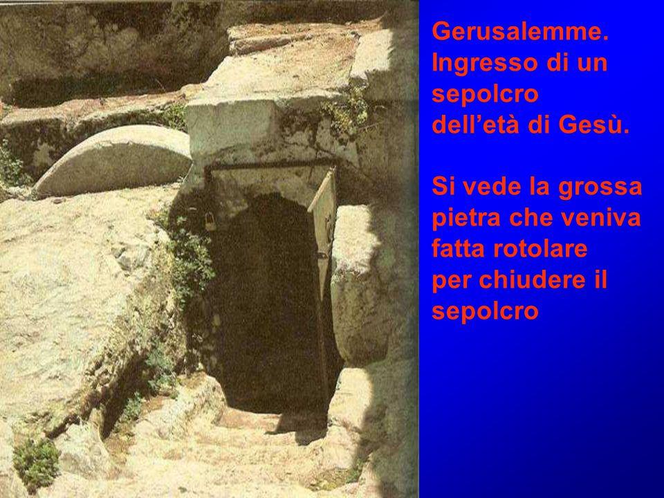 Gerusalemme. Ingresso di un sepolcro dell'età di Gesù. Si vede la grossa pietra che veniva fatta rotolare per chiudere il sepolcro