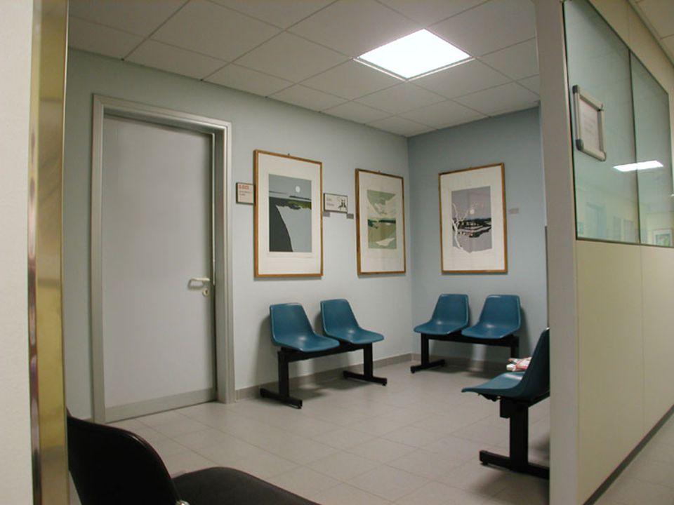 I familiari si erano riuniti nella sala d'attesa e alla fine entrò un medico, stanco e desolato.