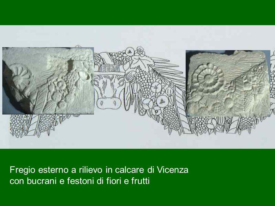 Fregio esterno a rilievo in calcare di Vicenza con bucrani e festoni di fiori e frutti