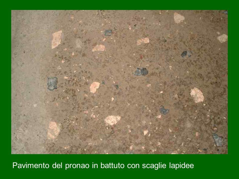 Pavimento del pronao in battuto con scaglie lapidee