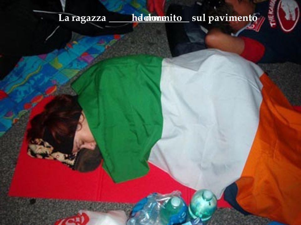 La ragazza ________________ sul pavimento dormeha dormito