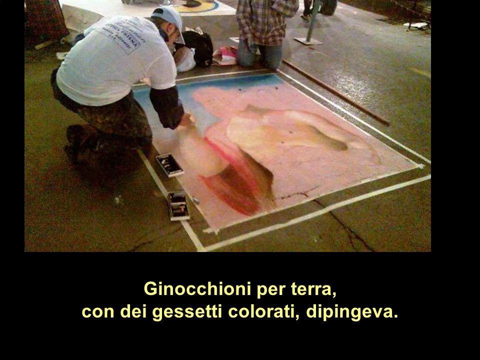 Ginocchioni per terra, con dei gessetti colorati, dipingeva.