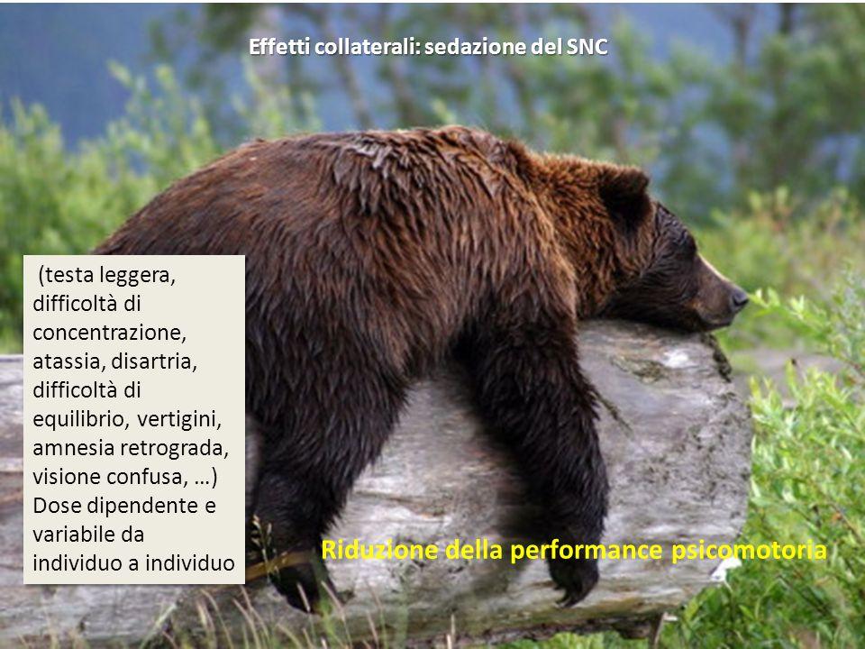Effetti collaterali: sedazione del SNC (testa leggera, difficoltà di concentrazione, atassia, disartria, difficoltà di equilibrio, vertigini, amnesia