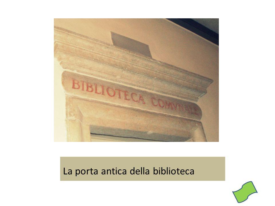 La porta antica della biblioteca