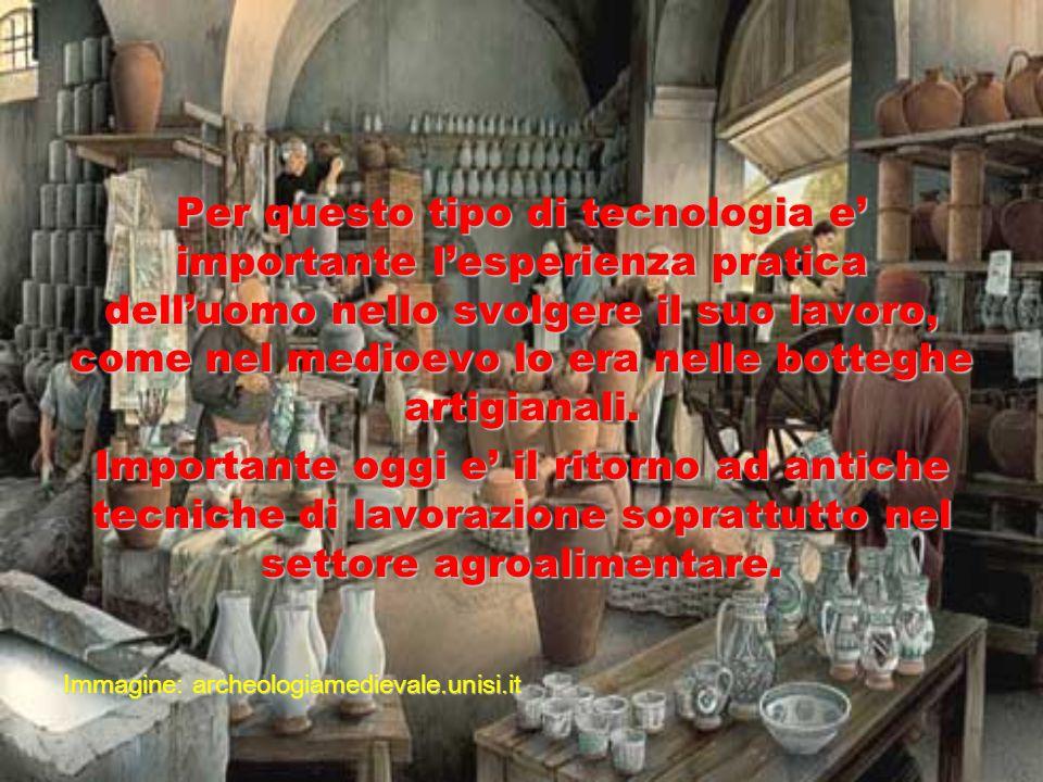 Per questo tipo di tecnologia e' importante l'esperienza pratica dell'uomo nello svolgere il suo lavoro, come nel medioevo lo era nelle botteghe artigianali.